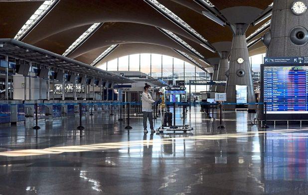 在马来西亚的行动管制令中,吉隆坡国际机场几乎空无一人。 — AZHAR MAHFOF /星