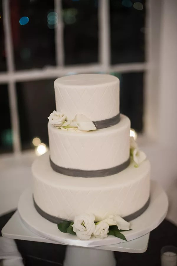 Calla Lily Wedding Cakes White Wedding Cake With Lisianthus