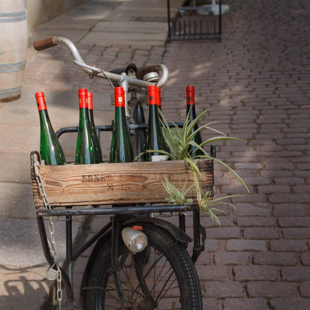 Schöne Motiv in der Altstadt Meißen: Wein auf einem Fahrrad