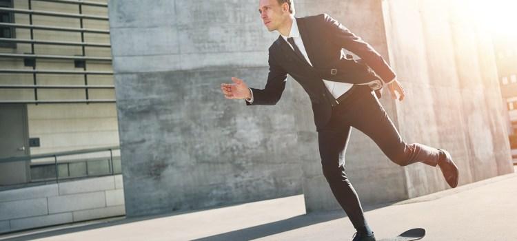 Businessmann auf Skateboard. Stressresisdent