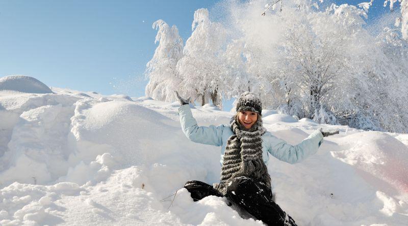 Frau hat Spaß im Schnee