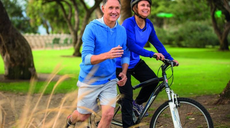 Älteres, sportlich aktives Paar, das glücklich und fit ist.