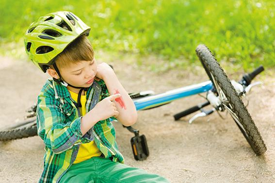 Kleiner Junge ist mit dem Rad gestürzt. Schürfwunde am Arm. Wundheilung fördern