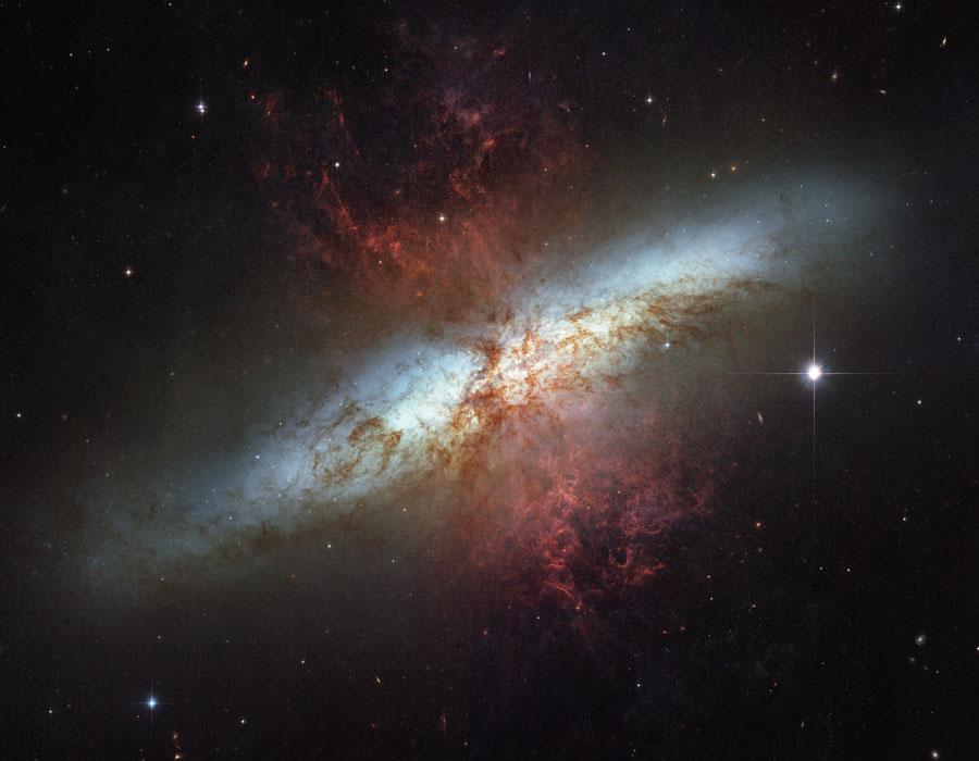 सीगार के आकार की एम ८२ आकाशगंगा