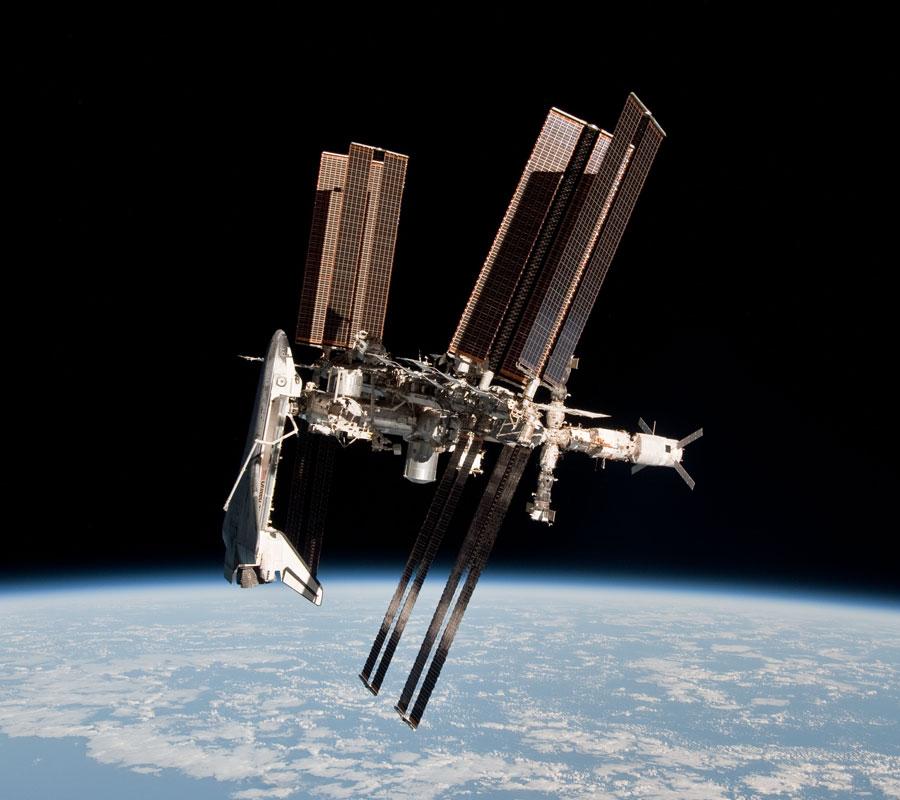 अंतराष्ट्रीय अंतरिक्ष केन्द्र के साथ एन्डेवर(चित्र को पूर्ण रूप से देखने चित्र पर क्लीक करें)