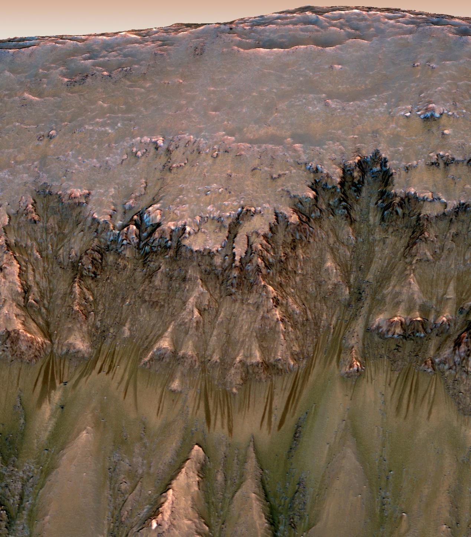 मंगल पर यह गहरे रंग की मौसमी धारीयाँ कैसे बनी है?
