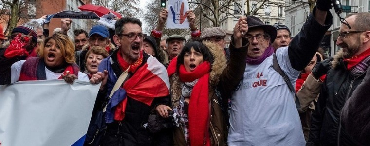 red-scarves-counter-protest-fizzles-as-yellow-vests-enter-act-12-video