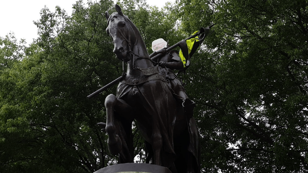 horse-mounted-julian-assange-joins-yellow-vest-protesters-in-toulouse-photo-video