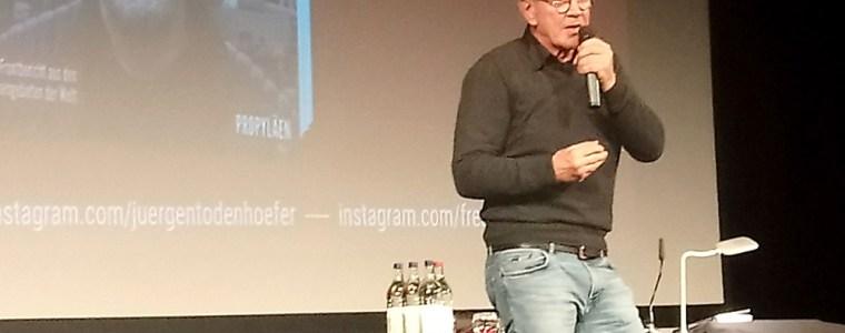 todenhofers-show-–-was-soll's?:-mit-seinen-leidenschaftlichen-vortragen-gegen-den-krieg-spricht-er-ein-junges-publikum-an-ein-bericht.