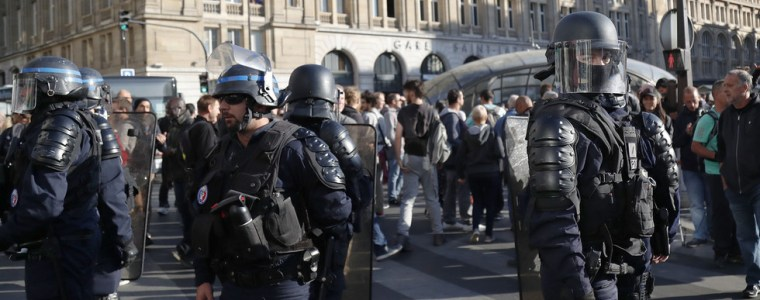 watch:-undaunted-pianist-plays-on-as-riot-police-pursue-yellow-vests-through-train-station