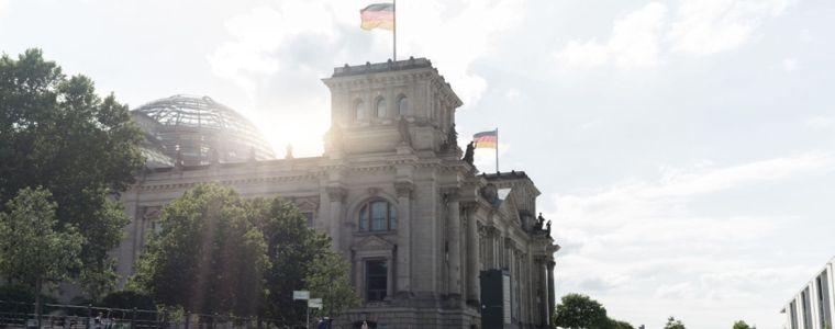 da-kommt-sie-schon,-die-revolution-was-im-parlament-so-alles-moglich-ware- -kenfm.de