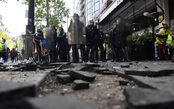 knie-in-den-bauch-gerammt:-polizist-geht-brutal-gegen-gelbwesten-demonstranten-vor-–-video