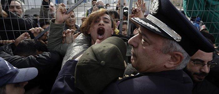 migranten-setzen-tranengas-granaten-gegen-griechische-polizisten-ein