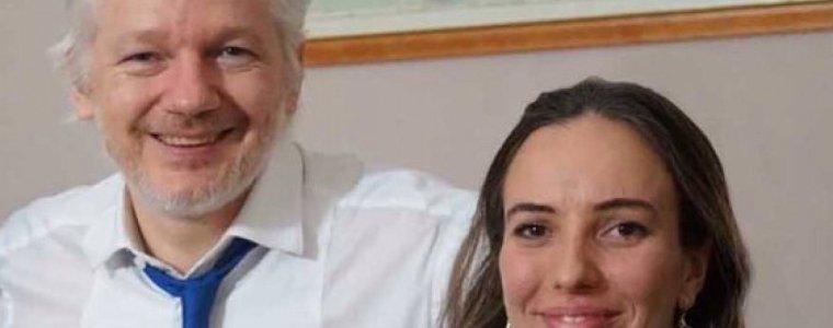 julian-assanges-partnerin-tritt-an-die-offentlichkeit