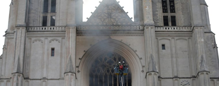 firefighters-battle-to-save-cathedral-in-nantes,-france,-as-blaze-breaks-out-(videos)