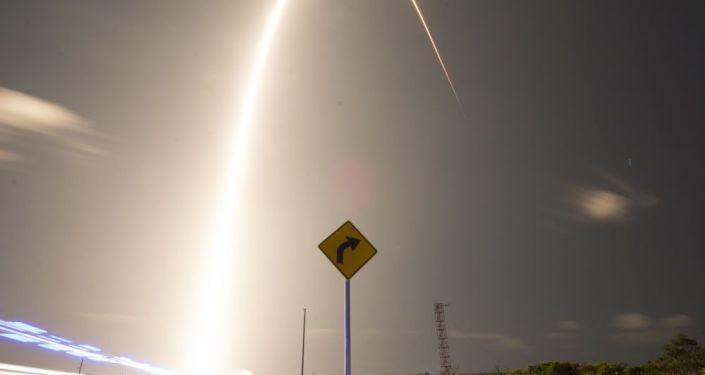 weltraum-internet-im-ausbau:-spacex-startet-weitere-satelliten-–-video