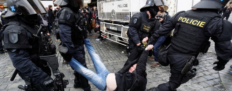 protest-against-covid-19-rules-in-prague-escalates-into-clashes-with-police-(videos)