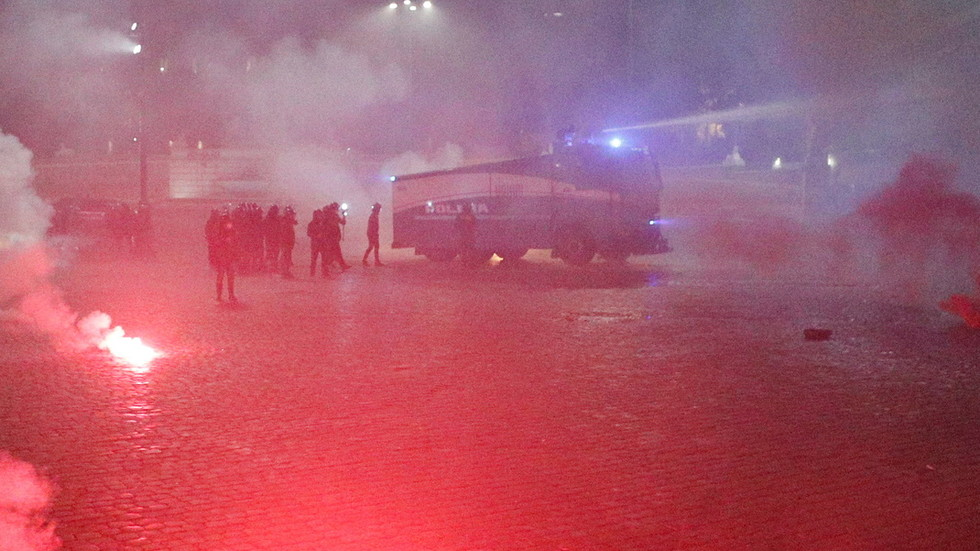 watch-italian-police-use-water-cannons,-tear-gas-&-stun-grenades-as-they-clash-with-anti-lockdown-protesters-in-rome