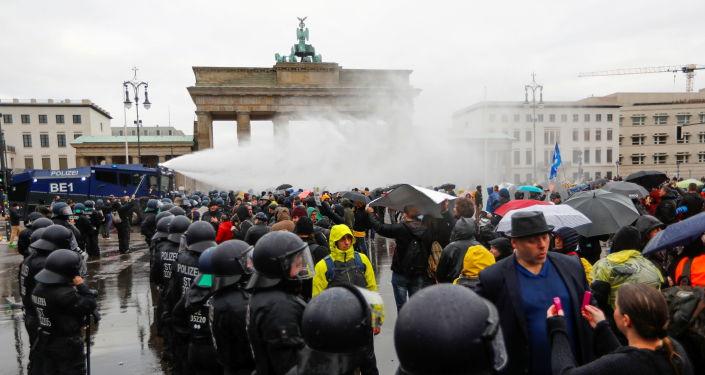 corona-protest-in-berlin:-polizei-verzeichnet-immense-brutalitat