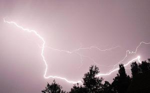 geen-mobiel-gebruiken-tijdens-onweer.