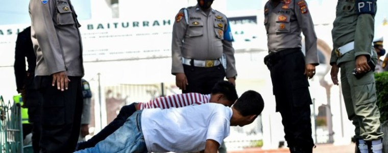 bali-police-force-tourists-caught-not-wearing-masks-to-do-push-ups
