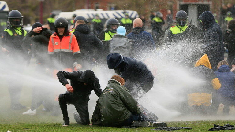 lockdown-protesten-woeden-in-25-steden-in-heel-nederland-–-politie-vecht-terug-met-waterkanonnen,-mishandeling-en-massa-arrestaties