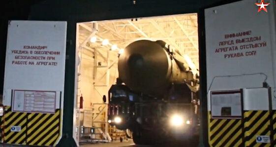 navo-gewaarschuwd:-rusland-rijdt-drie-rs-24-kernraketten-uit-hangars-–-xandernieuws