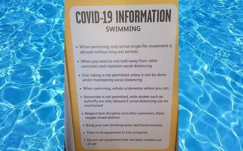 zwembad-gebiedt-zwemmers-onder-water-uit-te-ademen,-niet-naar-anderen-te-kijken-of-met-anderen-te-praten-–-frontnieuws
