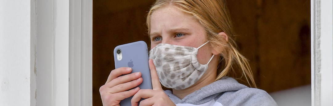 klein-meisje-trekt-fel-van-leer-tegen-mondkapjesplicht-op-school:-'kinderen-stikken'