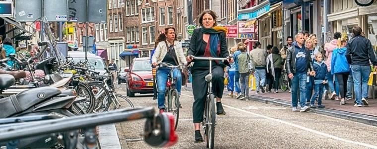 felle-kritiek-op-journalist-die-covidregels-in-nederland-te-slap-vindt:-'angsthaas'