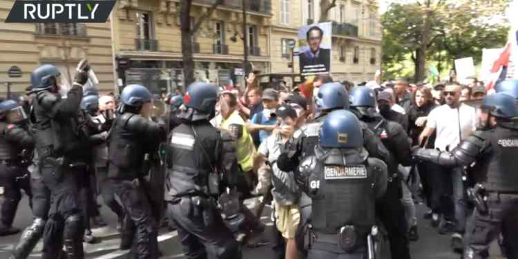frankrijk:-duizenden-protesteren-tegen-covid-19-gezondheidspaspoorten-voor-9e-weekend-op-rij-(video's)