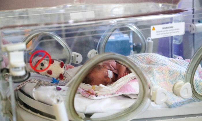 werknemers-stappen-op-vanwege-verplichte-vaccinatie:-ziekenhuis-in-new-york-kan-geen-baby's-meer-ter-wereld-brengen