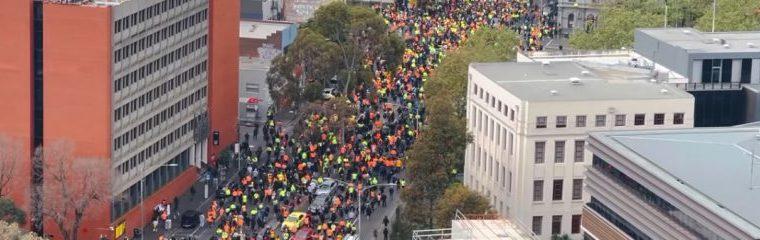 """""""we-schijten-op-vaccinatie,-lang-leve-australie"""":-tienduizenden-protesteren-in-melbourne,-waardoor-het-verkeer-tot-stilstand-komt"""