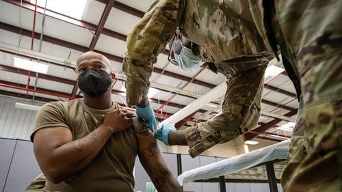 biden-dringt-aan-op-oneervol-ontslag-en-krijgsraad-voor-troepen-die-vaccinaties-weigeren