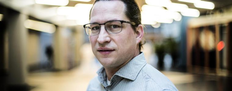 """maak-kennis-met-prof-dr.-jochen-mierau-de-""""man""""-die-adviseert-de-coronapas-qr-code-op-het-werk-in-te-voeren"""
