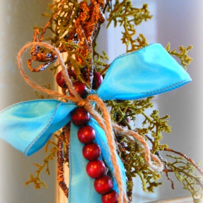 Simple rustic Christmas wreath (in turquoise and red)