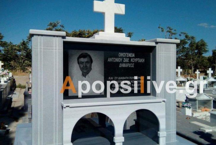 Πρώην δήμαρχος έφτιαξε τον τάφο του εν ζωή και έβαλε την φωτογραφία πάνω του!