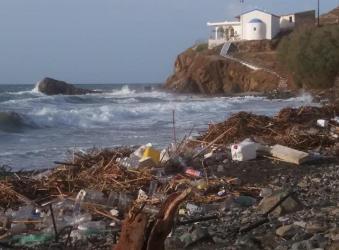 Τόνους μπάζα γέμισε η παραλία στα Πλατιά Περάματα (φώτο)