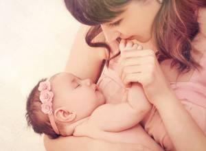 cara menggendong bayi baru lahir yang benar dan aman
