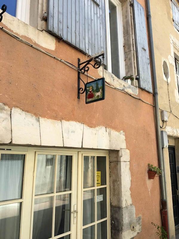 Rue chevrerie et sa rue historique de montélimar avec ses commerces