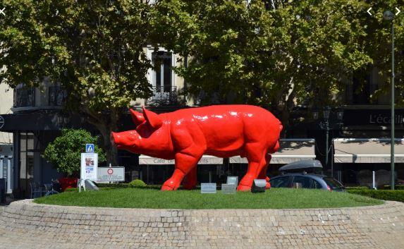 Le cochon rouge de SweetLove artiste contemporain sur le giratoire d'Aygu à Montélimar