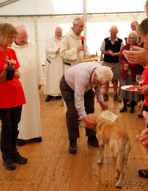 Rinnes receives a certificate for walking all 13 weeks
