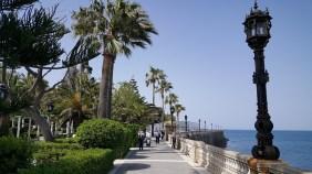 Cadiz doet tropisch aan met die palmbomen en de blauwe zee.