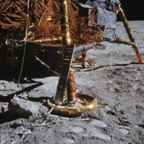 de maanlander met schotels onder de poten
