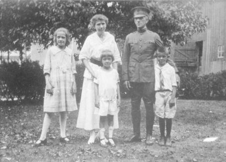 Vernon and Julia Anne Gordon Patten with children, Margaret, William and Marian, 1918