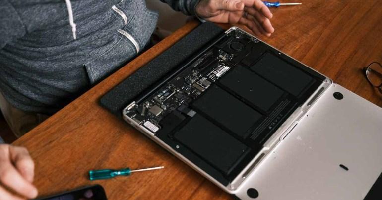 В отчете подробно описаны условия труда в «потогонной мастерской» на предприятии, где ремонтируется много компьютеров Mac.