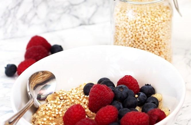 detox frühstücks bowl fruits berries quinoa
