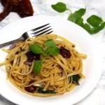 Italienische Paste mit basilikum und getrockneten tomaten