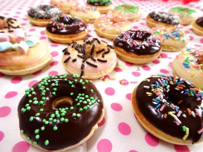 luftige hefe donuts mit schokolade puderzucker