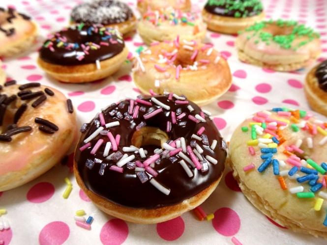 luftige hefe donuts mit schokolade und pink